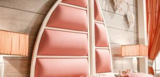 La testata letto imbottita Assol, personalizzabile in un'ampia varietà di pelle, eco-pelle e tessuti