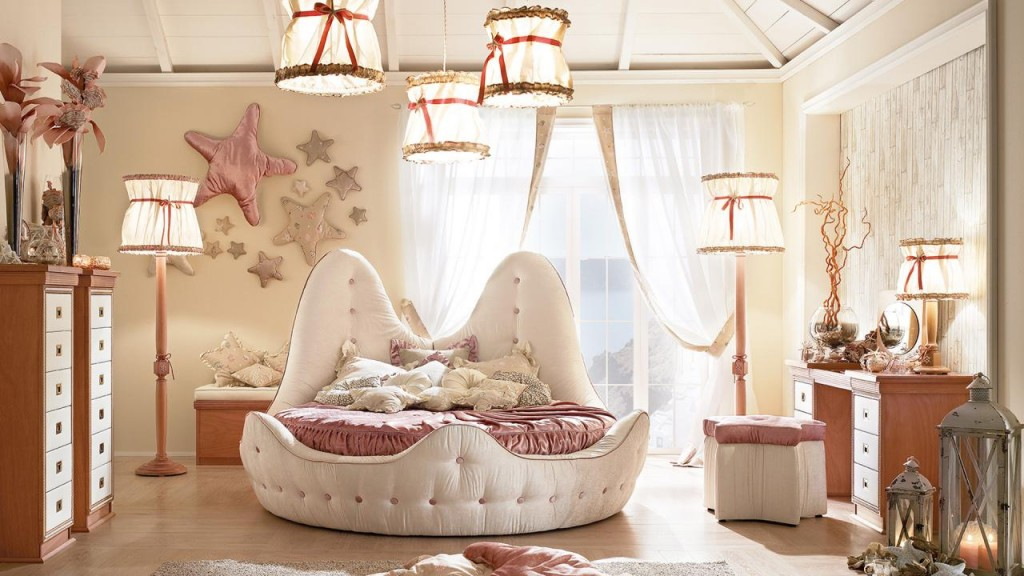 Il letto rotondo imbottito Stella Marina ricrea in ogni cameretta un mondo immaginario dove ci si addormenta immaginando il canto di una sirena e il gioco dei delfini tra le onde dell'oceano.