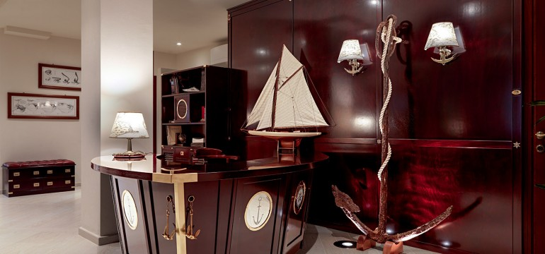il bancone reception Bolina accoglie i clienti con la sua maestosa sagoma a forma di prua.