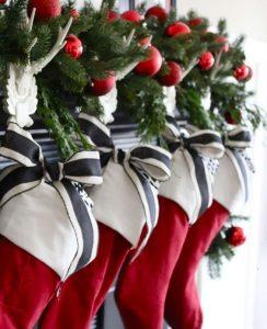 idee per decorare a Natale calza rossa camino red decor by caroti