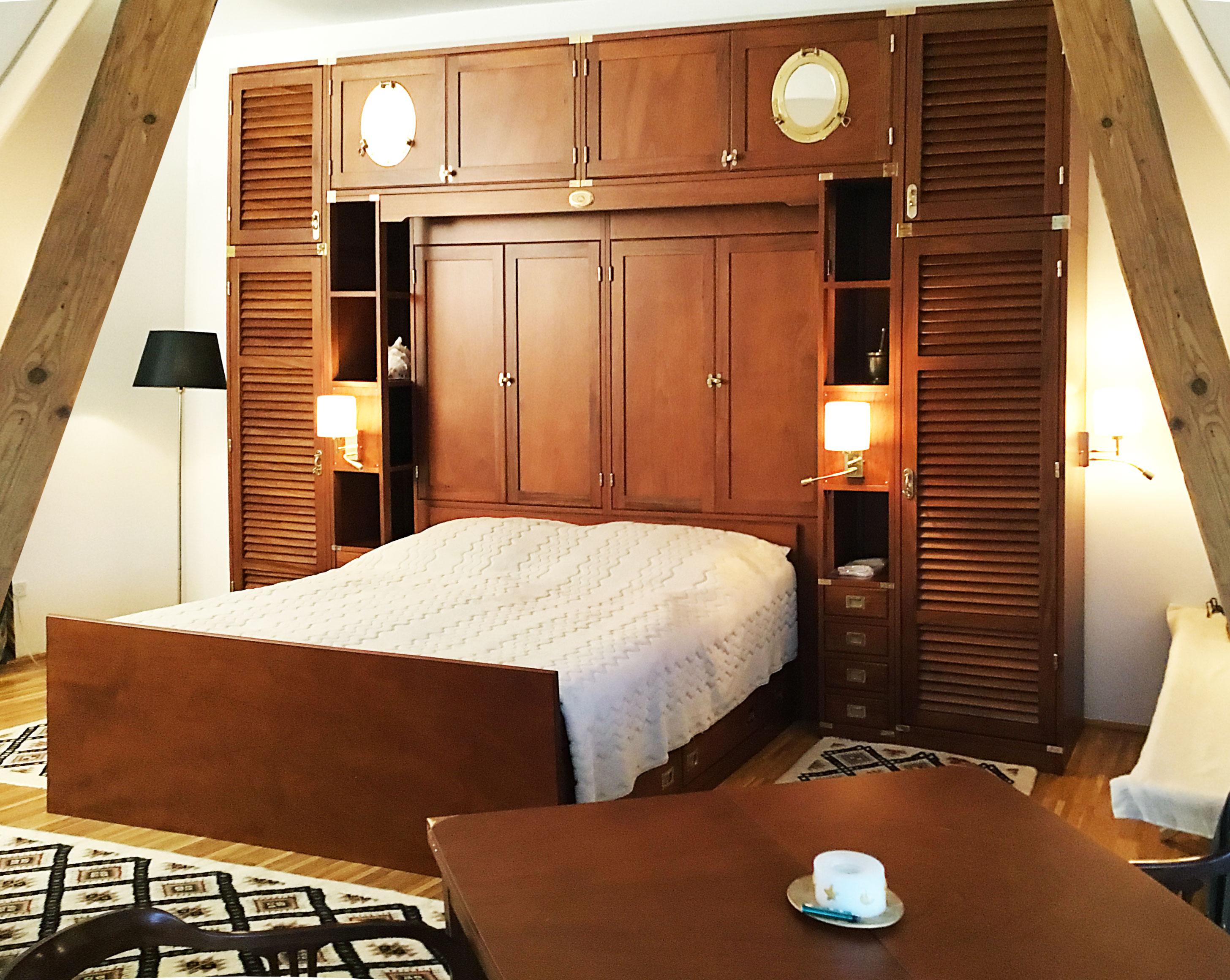 Bridge wardrobe with double bed